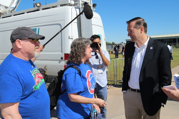 Tom Ricketts talks with fans, Bleed Cubbie Blue's Al Yellon and Miriam Romain