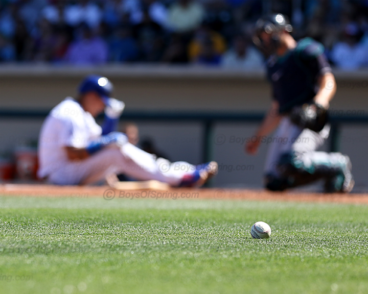 Baez takes foul ball off leg