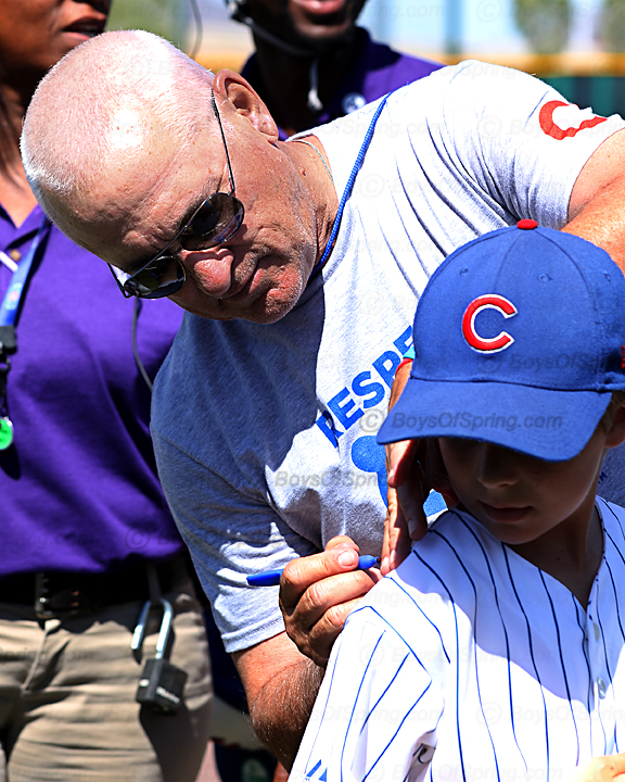 Joe Maddon gives young fan an autograph